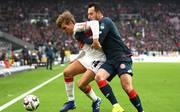 Stuttgart-Profi Borna Sosa (l.) wählte gegen Mainz das falsche Schuhwerk