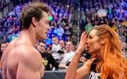 Becky Lynch (r.) stahl John Cena bei WWE SmackDown die Show
