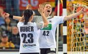 Svenja Huber (l.) und Friederike Gubernatis freuen sich über den Sieg gegen Südkorea