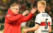 VfB-Sportchef Michael Reschke (l.) sieht in Timo Baumgartl (r.) einen kommenden Nationalspieler