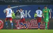 Ivo Ilicevic (2.v.l.) trifft für den Hamburger SV - und lässt sich von Lewis Holtby (l.) zum Kopfnuss-Jubel anstiften