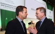DFB-Präsident Reinhard Grindel (r.) und Oliver Bierhoff lassen sich von Experten helfen