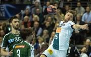 Magdeburgs Marko Bezjak (r.) setzt sich am Kreis gegen Berlins Marko Kopljar (l.) und Fabian Wiede durch