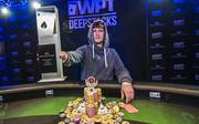 Dustin Mangold streckt stolz den Siegerpokal in die Höhe