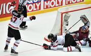 Connor McDavid (l.) bejubelt sein Tor zum Overtime-Sieg gegen Lettland