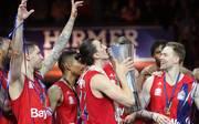 Finals-MVP Nihad Djedovic feiert mit seinem Team die Meisterschaft