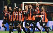 Die Spieler von Shachtjor Donezk feiern den Sieg gegen AS Rom