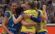 Die Spielerinnen des SSC Palmberg Schwerin feiern den Auswärtssieg in Dresden