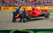 Nach dem Ausfall in der 53. Runde musste der Ferrari von Sebastian Vettel geborgen werden