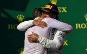 Lewis Hamilton bedankt sich auf dem Podium von Ungarn bei seinem Chefstrategen James Vowles