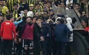 Besiktas-Trainer Senol Günes wurde von einer Sitzschale am Kopf getroffen