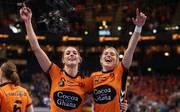 Lois Abbingh (l.) und Estavana Polman feiern die Bronzemedaille für die Niederlande