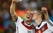Lukas Podolski (l.) schreibt seinem ehemaligen Kollegen Bastian Schweinsteiger einen emotionalen Brief
