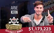 Arne Kern zeigt stolz sein erstes WSOP-Bracelet