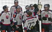 Kapitän Dravecky präsentiert seinen Kollegen den Pokal