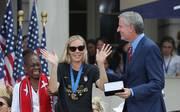 Allie Long bei der Schlüsselübergabe mit New Yorks Bürgermeister Bill de Blasio
