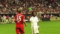 Real Madrids Linksverteidiger Marcelo reicht Bayerns Jann-Fiete Arp nach dessen Super-Trick anerkennend die Hand