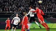 Leon Goretzka (2.v.r.) erzielte gegen Serbien den Ausgleich
