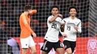 Serge Gnabry (M.) und Leroy Sane (r.) harmonierten gegen die Niederlande auffällig gut