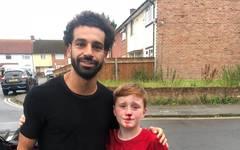 Mo Salah posierte mit Louis Fowler für ein Foto