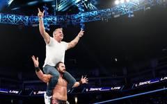 Shane McMahon (o.) ließ sich einmal mehr von Drew McIntyre feiern