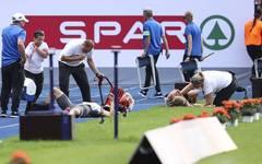 Julian Reus liegt verletzt auf der Bahn
