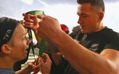Der glücklichste Moment seines Lebens: Der 14-jährige Charlie Lines bekommt von Neuseelands Sonny Bill Williams die Goldmedaille um den Hals gehängt