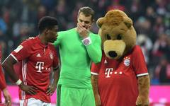 David Alaba (l.) and Manuel Neuer hope jerome Boateng stays part of the Bayern Munich team