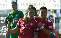 Adrian Fein (l.) leitete mit seinem Weitschusstor die Bayern-Gala in Eichstätt ein
