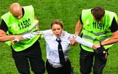 Pussy Riot protestierte beim WM-Finale mit Flitzern