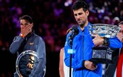 Novak Djokovic (r.) bleibt in der Weltrangliste auf Platz 1 vor Rafael Nadal (l.)