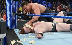 Sheamus (u., mit The Miz) traf bei WWE SmackDown Live ein besonderer Einschlag