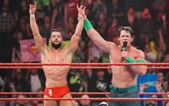 John Cena (r.) zollt Finn Balor nach dessen Sieg bei WWE RAW Anerkennung