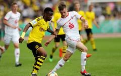 Youssoufa Moukoko (l.) wurde in der abgelaufenen Saison Torschützenkönig der U17-Bundesliga