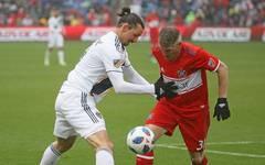 Zlatan Ibrahimovic (l.) und Bastian Schweinsteiger werden sich zum Saisonstart mit ihren Teams duellieren