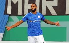 Cebio Soukou brachte Außenseiter Hansa gegen Stuttgart früh auf Kurs