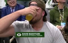 'Beer Challenge' bei den Bucks: David Bakthiari macht Aaron Rodgers platt