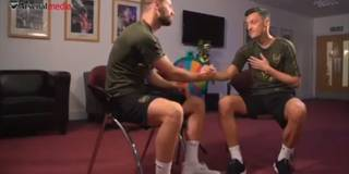 Özil und Mustafi entlocken sich gegenseitig Geheimnisse