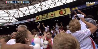 Rührend! Kuscheltier-Regen bei Rotterdam-Derby