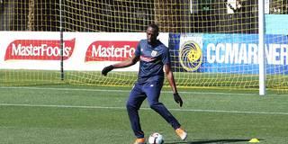 Handschuhe und orangene Schuhe: Bolt erstmals im Profi-Training in Australien