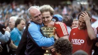 Trainer Udo Lattek herzt Karl-Heinz Rummenigge nach dem Pokalsieg 1984