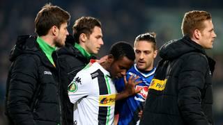 Fehlschütze: Borussia Mönchengladbachs Ibrahima Traore braucht Trost nach seinem verschossenen Elfmeter