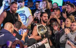 Dean Ambrose (o.l.) und Seth Rollins standen am Ende von WWE Monday Night RAW im Mittelpunkt