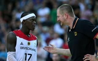 Basketball, WM-Quali: Henrik Rödl setzt auf weitere Siege  , Bundestrainer Henrik Rödl (rechts) bespricht sich mit Dennis Schröder
