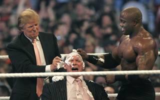 Berühmter Auftritt 2007: Bobby Lashley (r.) und Donald Trump rasieren Vince McMahon die Haare