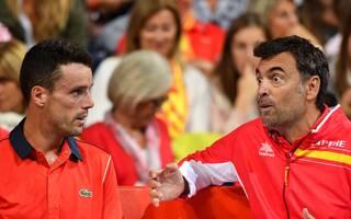 Spaniens Kapitän Sergi Brugera (r.) im Gespräch mit Roberto Bautista-Agut