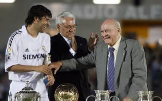 Alfredo Di Stéfano (r.) war bis ins hohe Alter regelmäßig bei seinen Real-Erben wie Raúl (l.) zu Gast