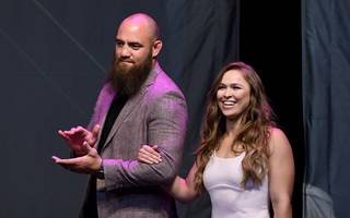 Diese WWE-Stars sind privat ein Paar: Ronda Rousey und Travis Browne