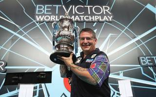 Gary Anderson mit der Phil Taylor Trophy beim World Matchplay