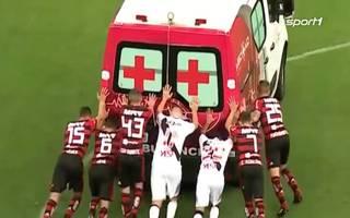 Brasilien: Spieler schieben Krankenwagen vom Fussballfeld